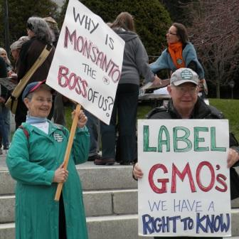 CP_2012-04-12_VPIRG_GMO_Rally_Activists_with_Signs